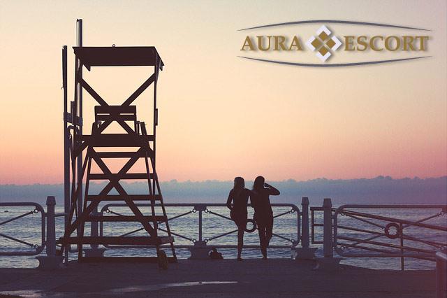 Zwei Frauen am Hafen